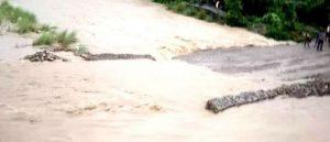 बाढीले डाइभर्सन बगाउँदा नारायणगढ–बुटवल सडक अवरुद्ध